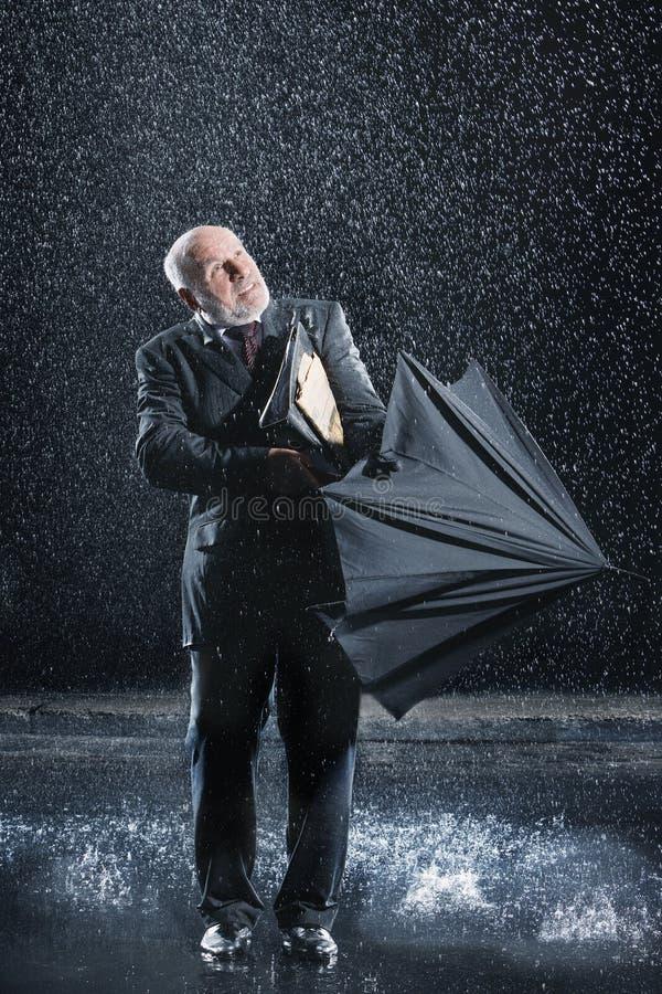 Parapluie de Struggling To Open d'homme d'affaires sous la pluie photos stock