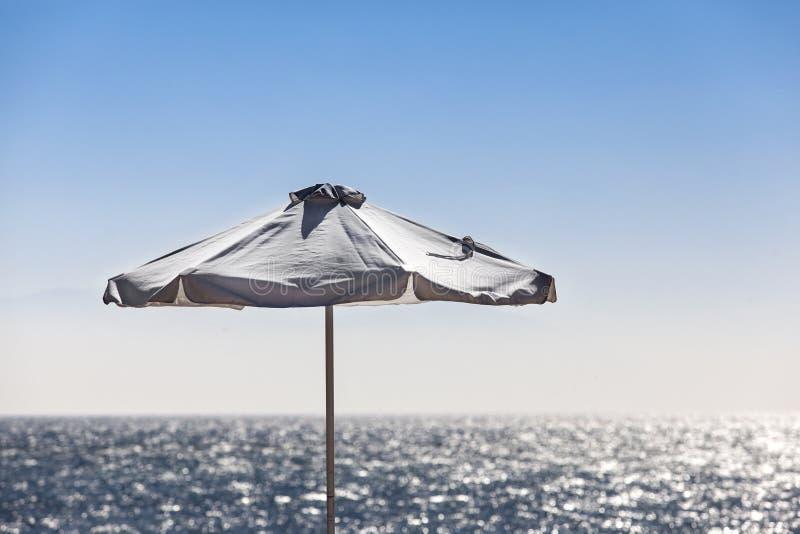 Parapluie de Sun près de la mer photographie stock