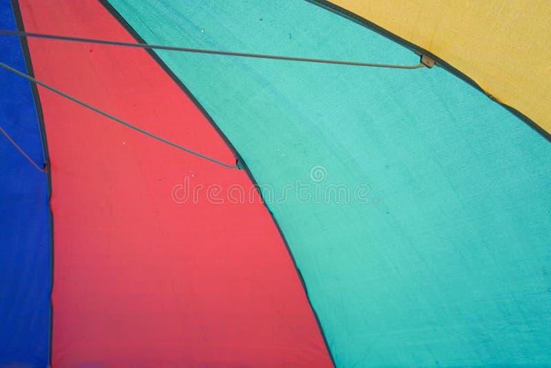 Parapluie de tissu sur la plage images stock