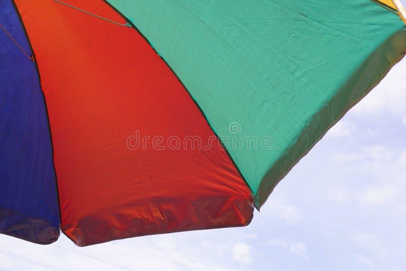 Parapluie de tissu sur la plage images libres de droits
