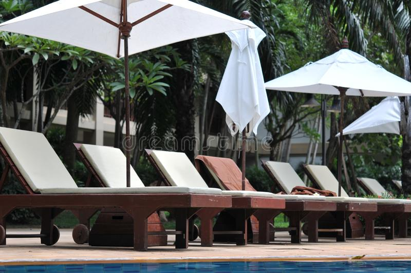 Parapluie et chaise autour de plage privée sur la plage dans l'hôtel et la station de vacances photo libre de droits