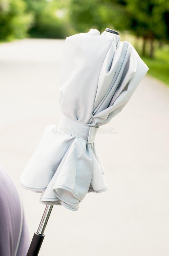 Parapluie fixe sur la poussette photographie stock libre de droits