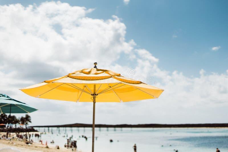 Parapluie jaune sous un ciel bleu image stock