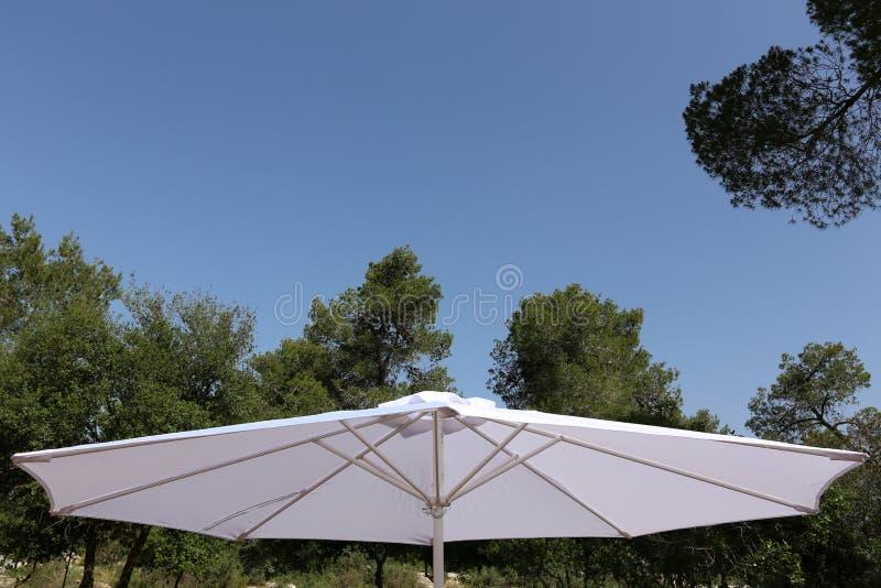 Parapluie pour la protection contre la pluie et le soleil photo stock