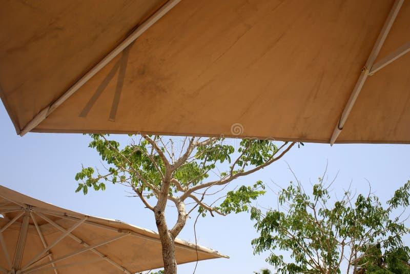 Parapluie pour la protection contre la pluie et le soleil photographie stock