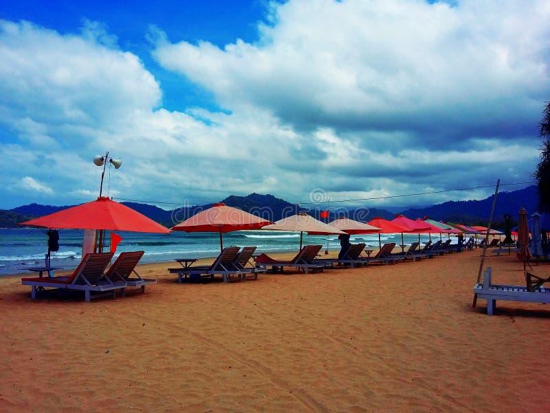 Parapluie rouge de mer photos stock
