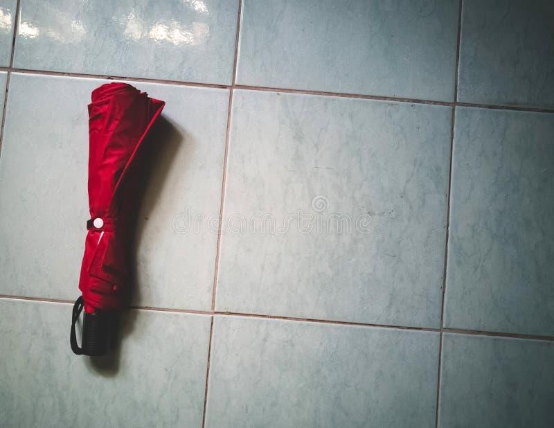 Parapluie rouge sur le plancher photographie stock libre de droits