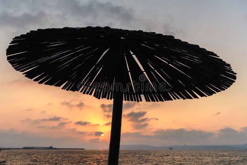 Parapluie simple de parasol au coucher du soleil photos libres de droits