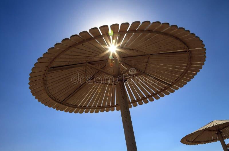 Parapluie sur la plage contre le ciel bleu image stock