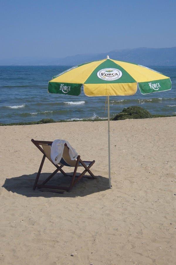 Parapluie sur la plage du lac Pogradec Ohrid - Albanie photographie stock libre de droits
