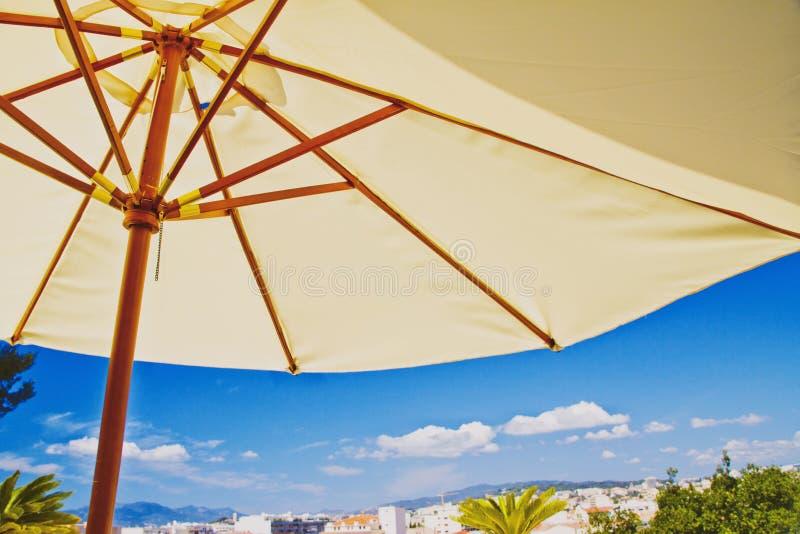 Parapluie De Plage, Détails Tropicaux De Vacances Image stock
