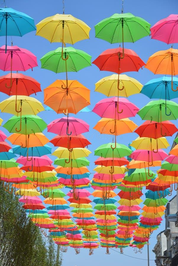 Parapluies à pendage lumineux images libres de droits