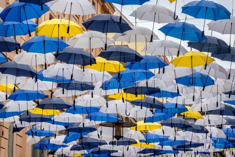 Parapluies accrochant au centre de la ville de Brno dans la République Tchèque photographie stock libre de droits