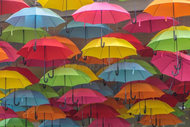 Parapluies accrochants beaucoup de couleurs image libre de droits