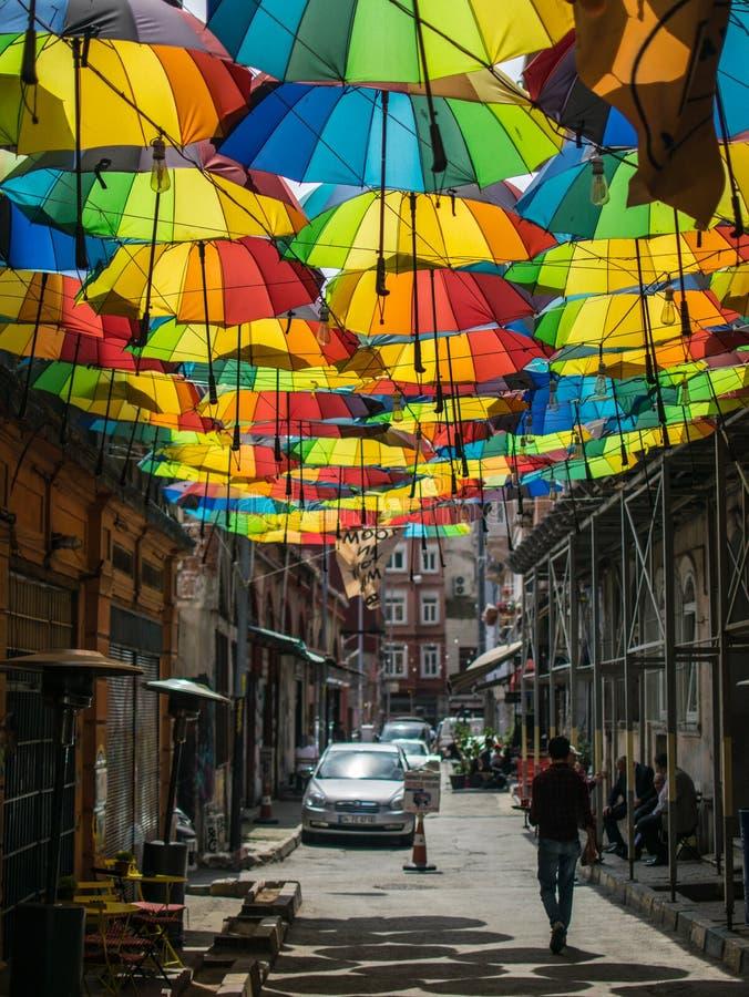Parapluies accrochants colorés à Istanbul image stock