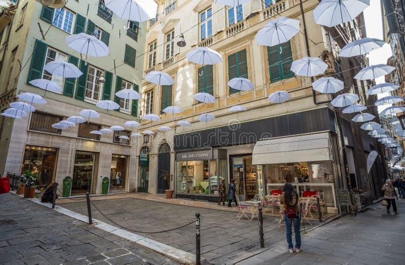 Parapluies blancs dans le ciel au-dessus des rues au centre de Gênes, Italie photos libres de droits