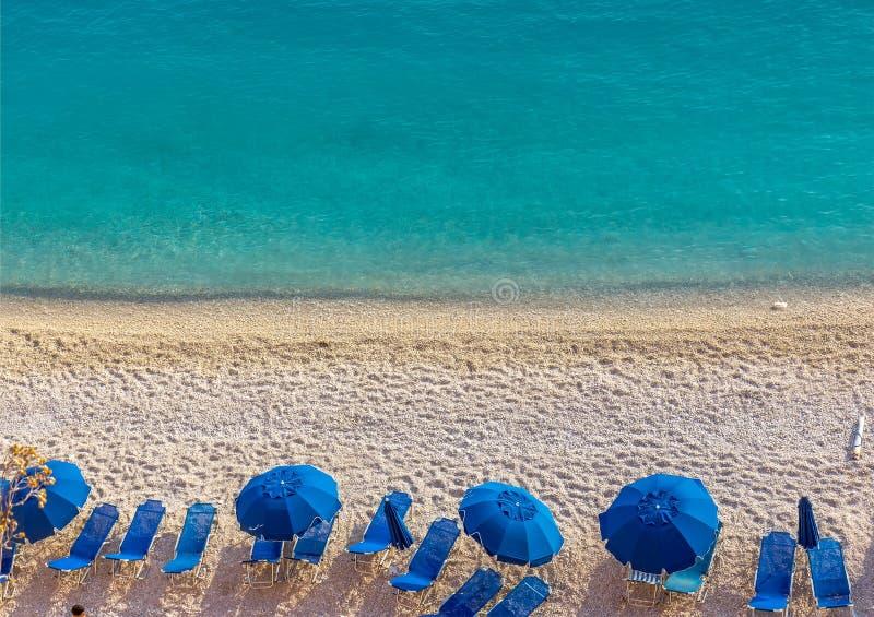 Parapluies bleus et mer bleue - Grèce, île de Leucade image libre de droits