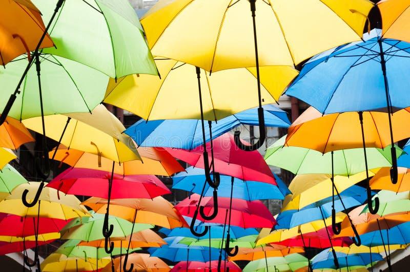 Parapluies colorés accrochant au-dessus de l'allée Kosice, Slovaquie images libres de droits