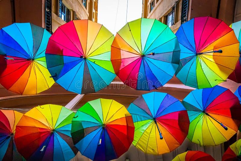 Parapluies colorés dans le ciel de Bucarest photo stock
