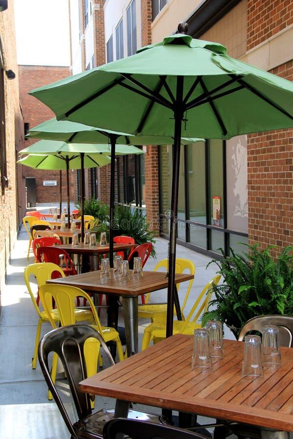 Download Parapluies Colorés Offrant L'ombre Au Restaurant Extérieur Image stock - Image du image, detail: 56475779