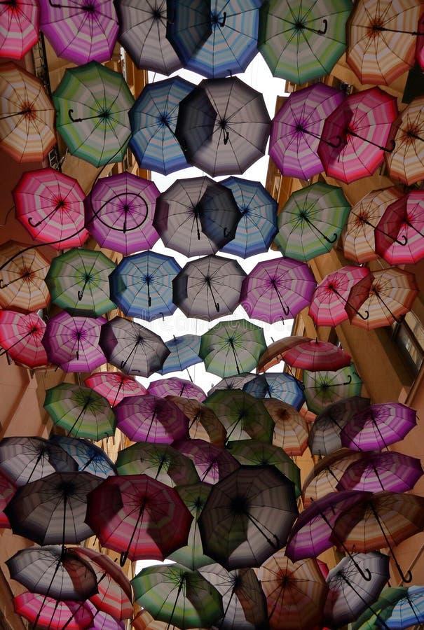 Parapluies colorés - paysage urbain - Bucarest photographie stock libre de droits