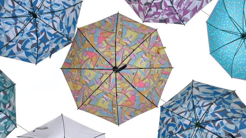 Parapluies colorés sur le fond blanc illustration libre de droits
