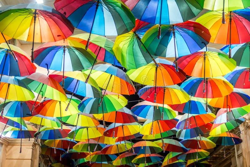 Parapluies décoratifs dans les rues de Bucarest image libre de droits
