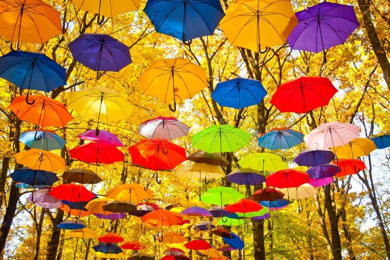 Parapluies d'automne dans le ciel image stock