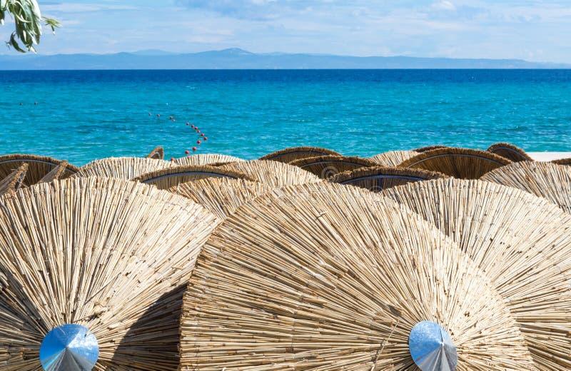 Parapluies de paille sur la plage photos libres de droits