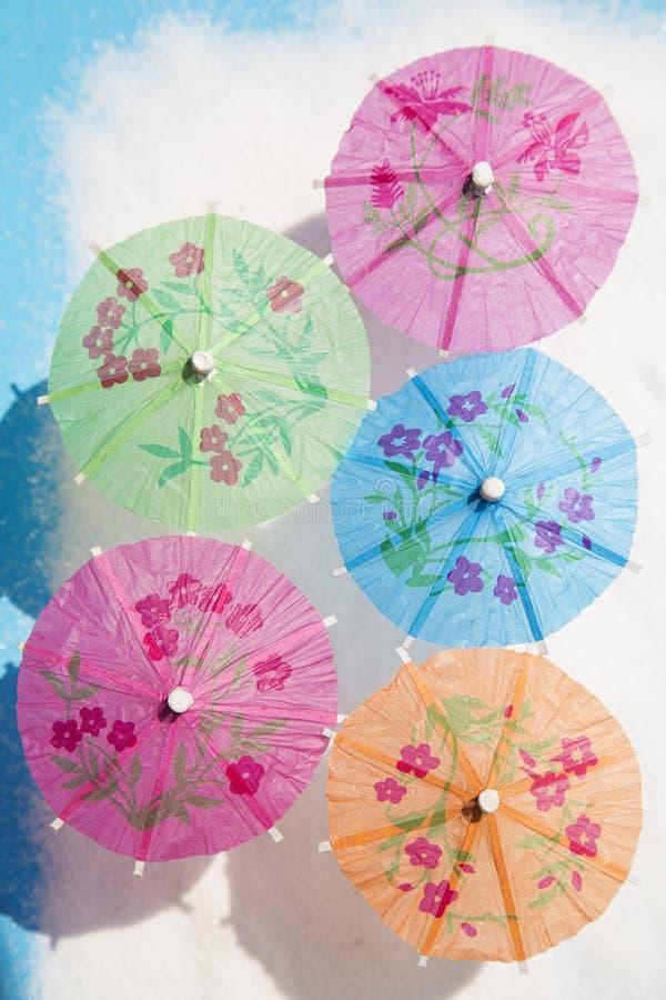 Parapluies de papier de cocktail photographie stock libre de droits