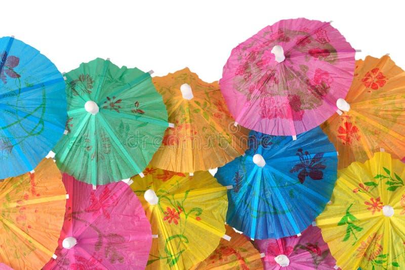 Parapluies de papier colorés de cocktail en gros plan sur un blanc image libre de droits