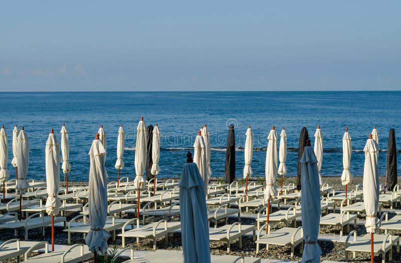 Parapluies de plage et lits du soleil sur la plage image stock