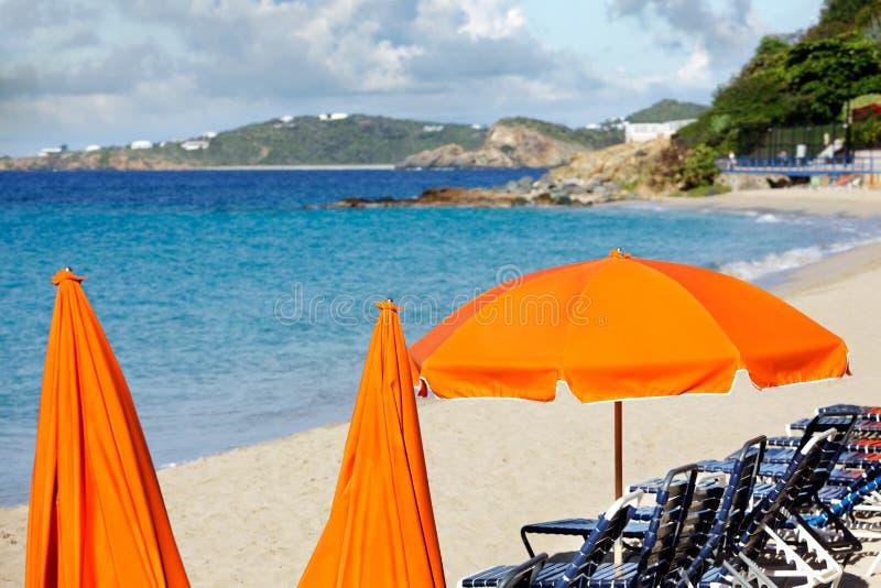 Parapluies de plage lumineux images stock