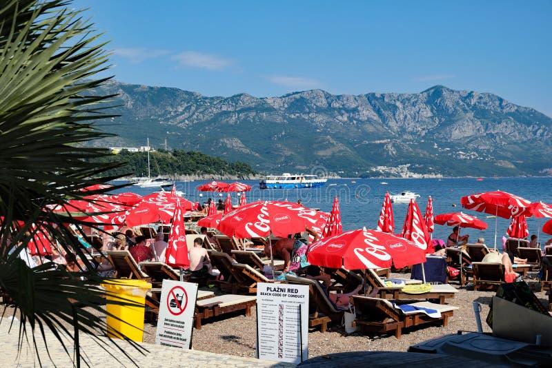 Parapluies de plage rouges, plage de Dubva, Monténégro photographie stock libre de droits