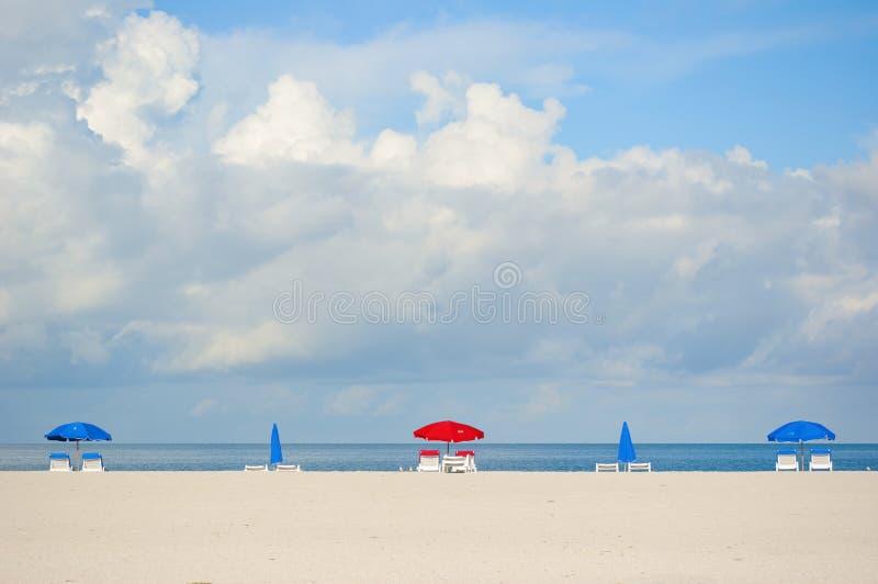 Parapluies de plage sur la plage de Clearwater image stock