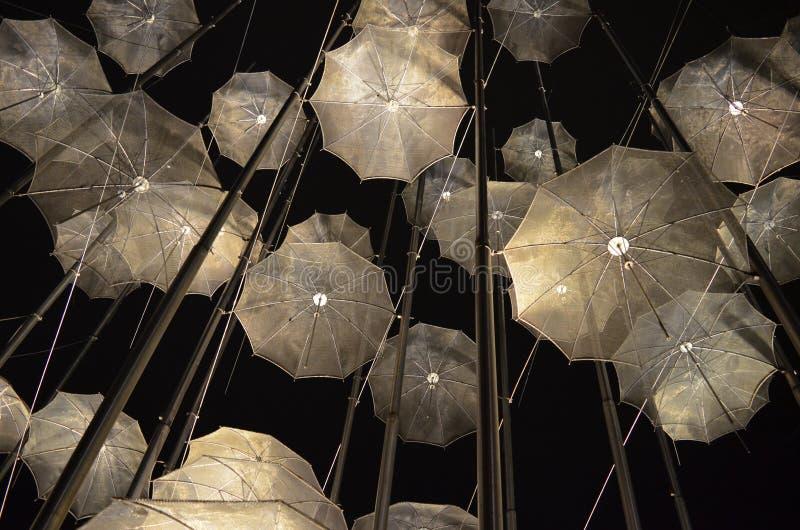 Parapluies en m?tal dans le ciel images stock