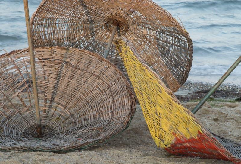 3 parapluies en osier sur la plage photos libres de droits