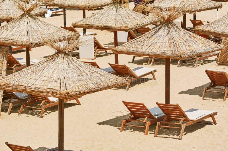 Parapluies et canapés de Sun images libres de droits