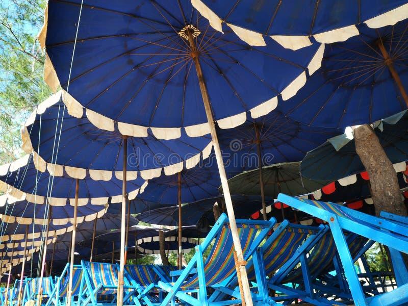 Parapluies et chaises de plage colorés photos libres de droits