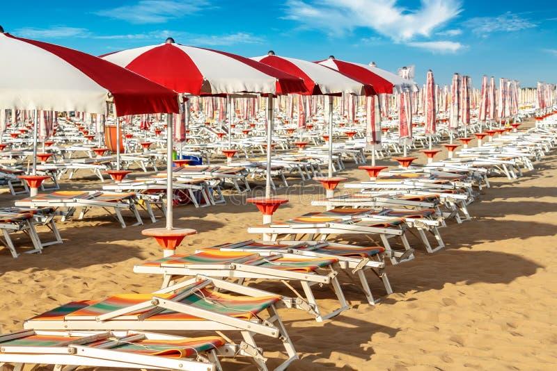 Parapluies et sunlongers sur la plage sablonneuse photos libres de droits