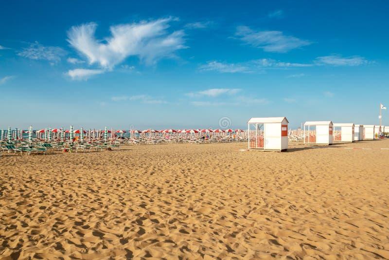 Parapluies et sunlongers sur la plage sablonneuse photo libre de droits