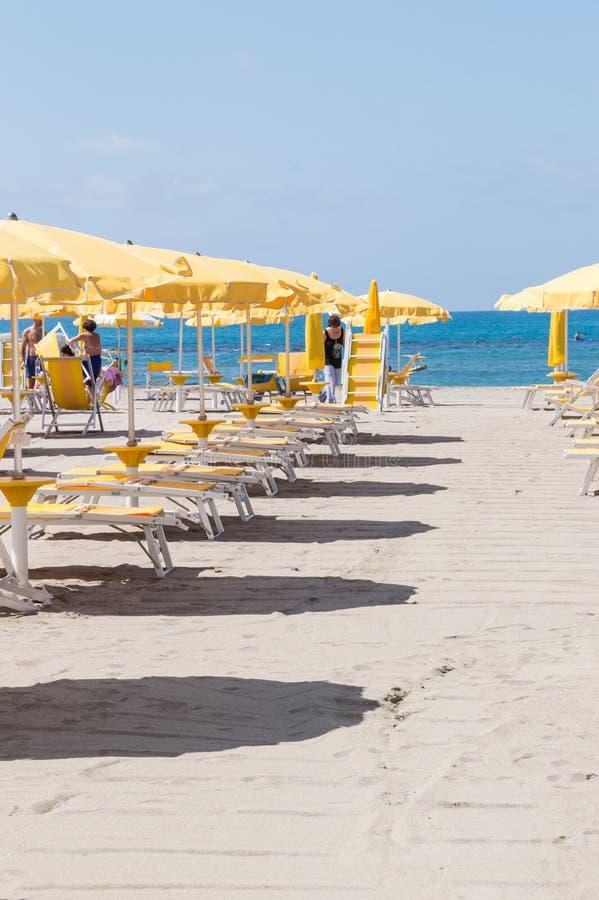Parapluies et touristes de plage appréciant des équipements de plage chez Lido Di Ostia, Italie un jour ensoleillé d'été photos libres de droits
