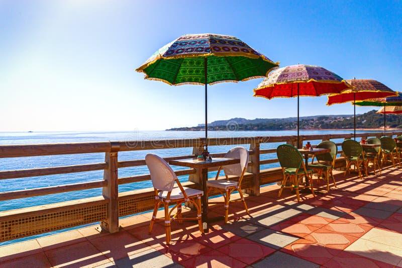 Parapluies multicolores à la mer photos stock