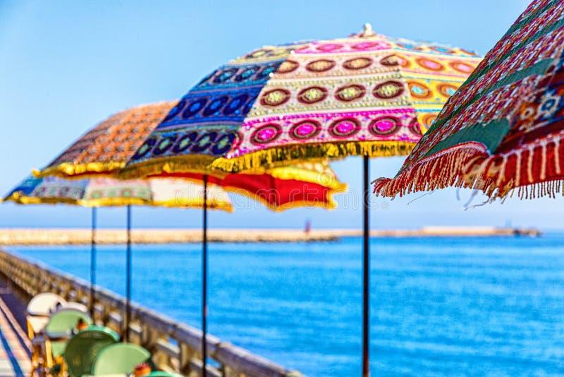 Parapluies multicolores à la mer photographie stock libre de droits