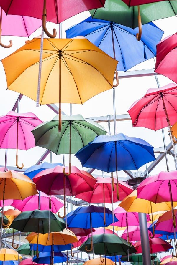 Parapluies multicolores sur le fond blanc images stock