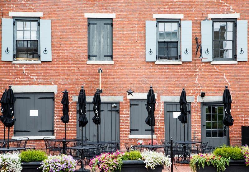 parapluies noirs ferm s en le vieil immeuble de brique. Black Bedroom Furniture Sets. Home Design Ideas