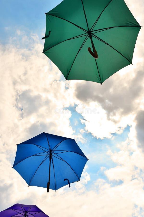 Parapluies, nuages de pluie et côtés positifs images libres de droits