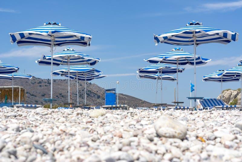 Parapluies sur la plage de Traganou, île de Rhodes, Grèce photos stock