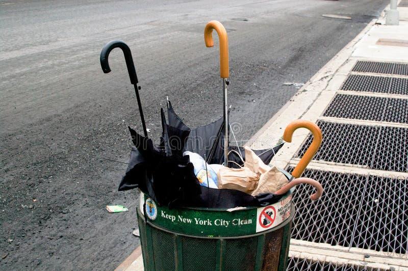 Parapluies sur la rue de New York City en Amérique New York est une ville située dans la Côte Est des Etats-Unis photos libres de droits