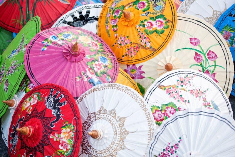 Parapluies sur un marché de la Thaïlande photographie stock libre de droits